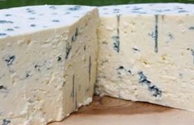 Сыр с голубой плесенью.Вес 300 гр